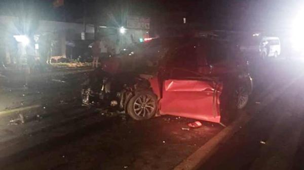 [NÓNG]: Người dân cắt cửa đưa thi thể tài xế ôtô ra ngoài sau tai nạn