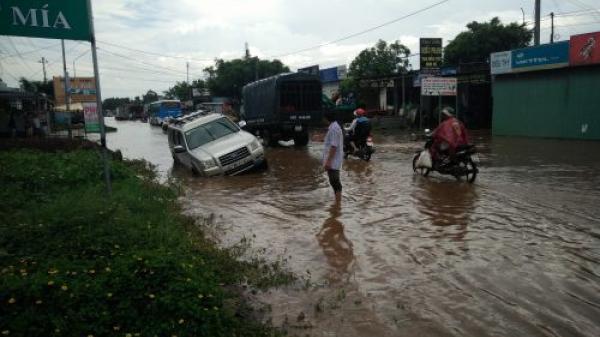 """ĐắkLắk: Đường biến thành sông sau mưa lớn, nhiều hố ngầm """"bẫy"""" người đi đường"""