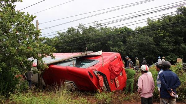 Lật xe khách giường nằm, 2 vợ chồng quê Đắk Lắk trọng thương