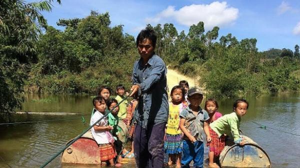 Đắk Lắk: Nơi người dân 'đánh cược' mạng sống, đi bè qua suối tròng trành vì miếng cơm, con chữ