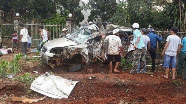 Xe tải tông xe con nát bét, 1 người tử vong, 4 người trọng thương