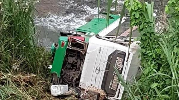 [NÓNG]: khách chở 44 người lao xuống vực, nhiều người thương vong