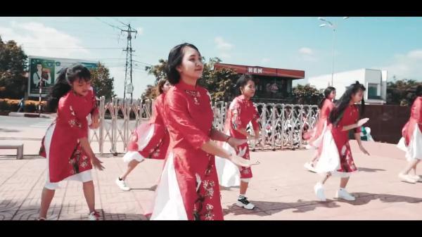 Nữ sinh Đắk Lắk mặc áo dài nhảy Panama sôi động