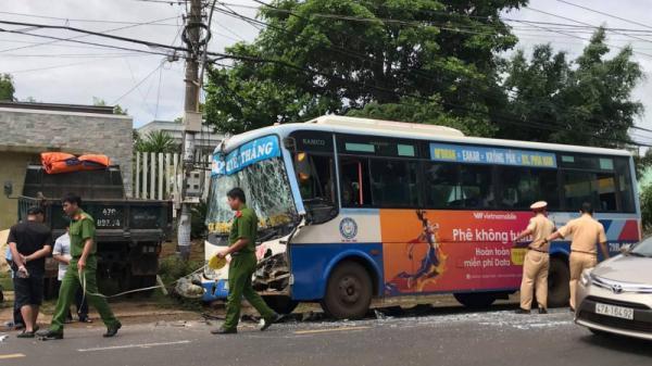 Đắk Lắk: Tài xế xe buýt bị kẹt trong cabin sau cú húc đuôi ôtô tải