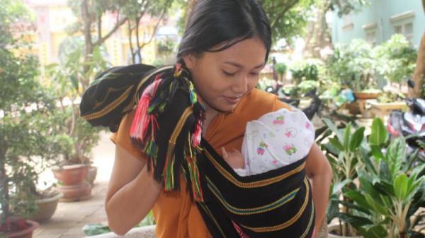 Gia Lai: Mẹ bỉm sữa địu con 3 tháng tuổi đi thi THPT quốc gia