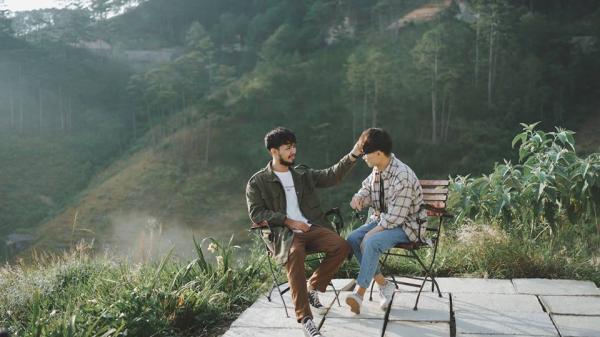 Bộ ảnh tình yêu của cặp đồng tính nam tại Tây Nguyên khiến ai nhìn cũng mê