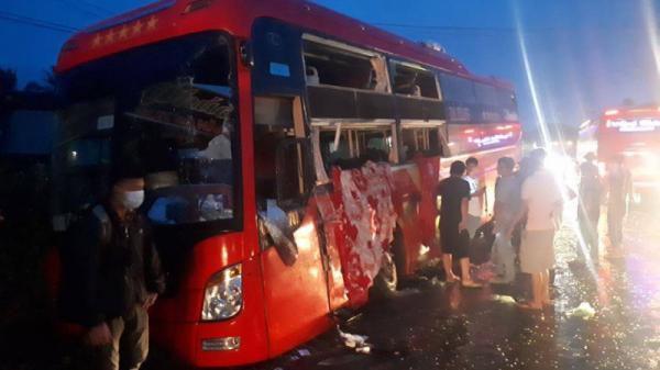 Hai xe giường nằm tông nhau, hơn 60 hành khách hoảng loạn kêu cứu