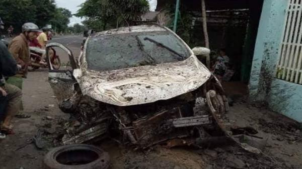 Đắk Lắk: Ô tô chở 4 người tông vào cổng nhà dân bẹp dúm