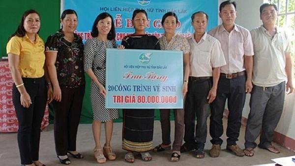 Bàn giao 60 công trình vệ sinh cho hộ nghèo ở Đắk Lắk