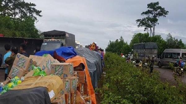 Đắk Lắk: Xe chở nước ngọt lật ngang trên đường Hồ Chí Minh, gây ùn tắc nghiêm trọng