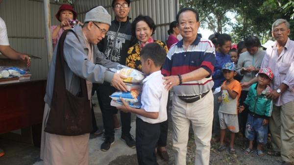 Trao 400 suất quà cho nhân dân và học sinh nghèo xã Krông Na