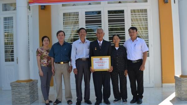 Trao 50 triệu đồng để hỗ trợ xây nhà ở cho gia đình có hoàn cảnh khó khăn ở thành phố Buôn Ma Thuột