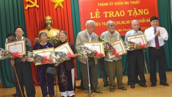 Thành ủy Buôn Ma Thuột, trao Huy hiệu Đảng cho 45 đảng viên nhân kỷ niệm 101 năm Cách mạng Tháng Mười Nga thành công