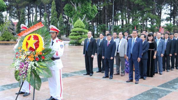 Đoàn đại biểu HĐND tỉnh viếng Nghĩa trang Liệt sỹ tỉnh trước giờ khai mạc Kỳ họp thứ Bảy, HĐND tỉnh khóa IX
