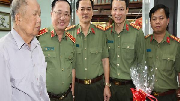 Thứ trưởng Bộ Công an Nguyễn Văn Thành thăm gia đình chính sách Công an Đắk Lắk