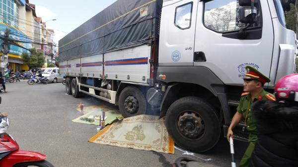 Đà Lạt:  Va chạm kinh hoàng với xe tải tại ngã tư ,một phụ nữ trẻ t.ử vo.ng tại chỗ