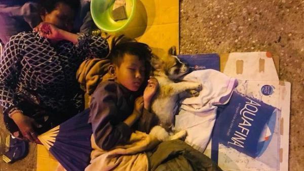 Giữa đêm phố thị phồn hoa, gia đình 3 thành viên ôm nhau ngủ vùi dưới ánh đèn đường leo lét gây xúc động mạnh