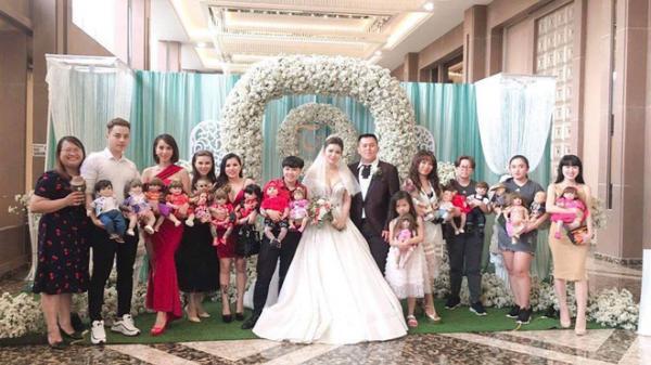 """Hết h.ồn hình ảnh đám cưới có sự góp mặt của 18 con Kumanthong ngồi chật kín 1 bàn tiệc, ăn lẩu, uống nước ngọt """"như thật"""""""