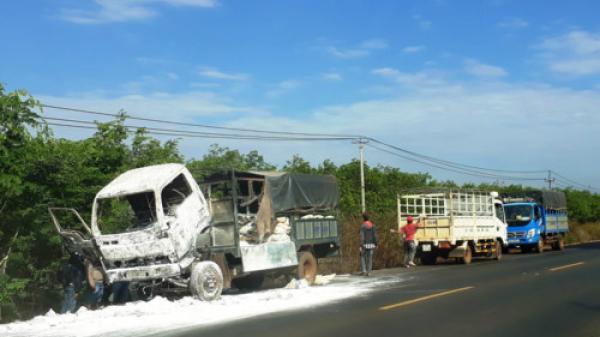 Đắk Lắk : Xe tải bốc đang chạy bỗng ch.áy dữ dội sau khi tài xế dừng xe đi v.ệ sin.h