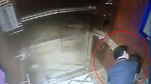 """Lộ danh tính """"không tầm thường"""" của người đàn ông cưỡng hôn, sàm sỡ bé gái trong thang máy chung cư"""