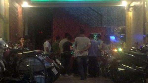 Mâu thuẫn trong quán karaoke 2 đội dân chơi vác dao lao vào hốn chiến khiến 5 người bị thương nặng