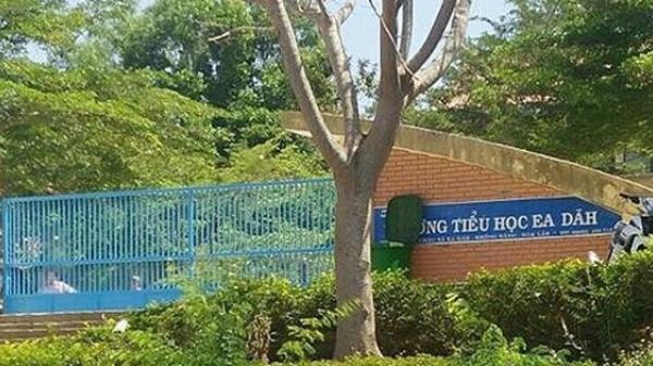 Nữ giáo viên bị hành hung, tát dép vào mặt trước cổng trường vì nợ nần