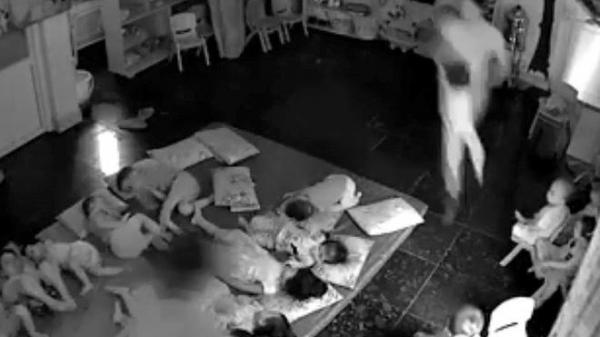 Phẫn nộ hai cô giáo quăn.g trẻ mầm non 'như bốc hàng' khi sắp xếp chỗ ngủ