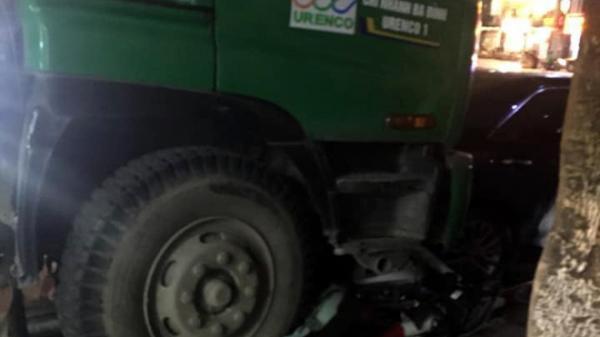 Xe chở rác tông liên hoàn xe máy và xe con dừng đèn đỏ, 1 người bị đứt lìa chân