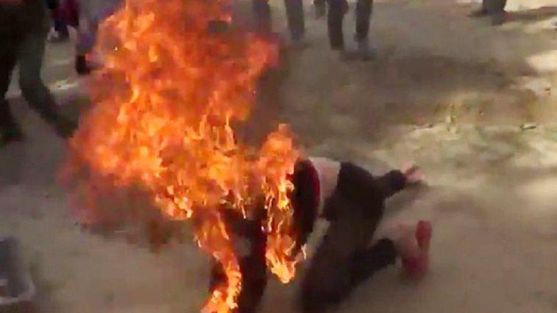 Vợ gom quần áo bỏ về ngoại, chồng đổ dầu hỏa thiê.u sống
