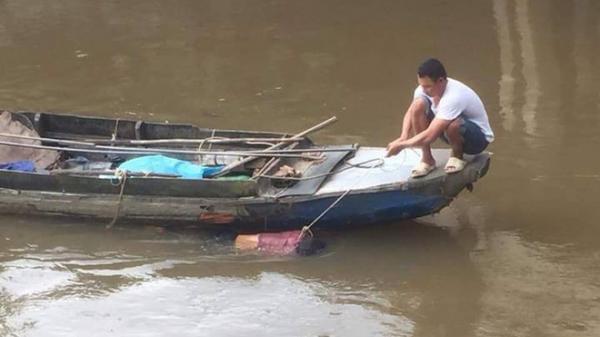 Phát hiện xác chết không mặc quần áo trôi sông