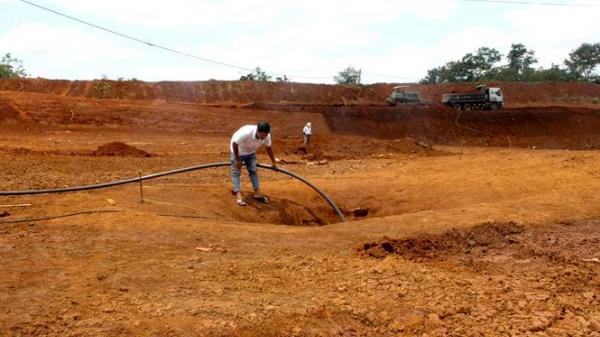 """Đắk Lắk: Người dân phải """"vét"""" từng giọt nước cứu cây, cứu mình"""