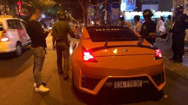 Dân chơi Lâm Đồng thủ dao gần nửa mét lái siêu xe dạo phố quận 1