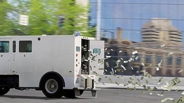 """Gần 700 triệu bay từ xe tải ra khắp đường, nhiều tài xế tranh thủ """"hôi của"""""""