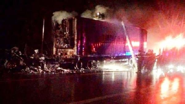 Xe container chở gỗ cháy rụi trên đèo, thiệt hại 2 tỷ đồng