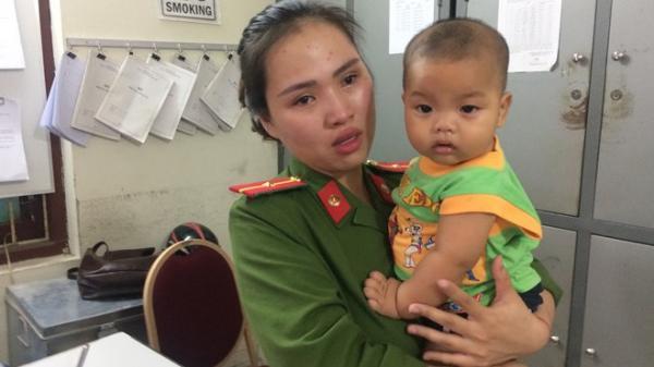 Nữ thiếu úy bật khóc khi kể về bé trai bị bỏ rơi