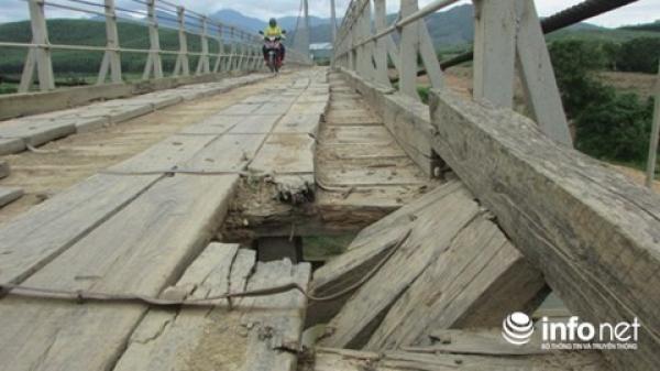 Đắk Lắk: Thót tim khi qua cầu treo tiền tỉ vừa bàn giao