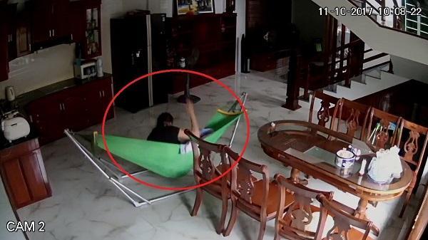 'Bảo mẫu' đánh liên tiếp vào đầu bé 5 tháng tuổi khi bố mẹ vắng nhà