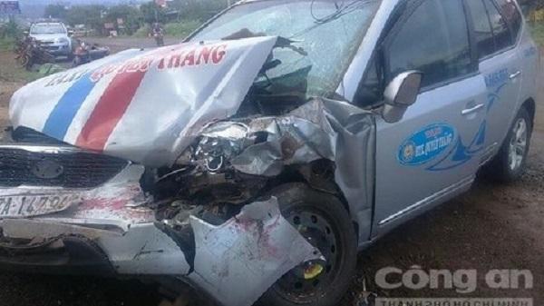 Đắk Lắk: Xe khách lao sang đường tông xe taxi, nhiều người hoảng sợ