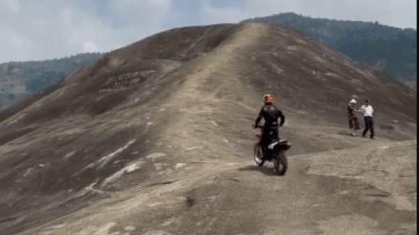 Đắk Lắk: Xôn xao clip người đàn ông phi xe máy lên tảng đá voi khổng lồ