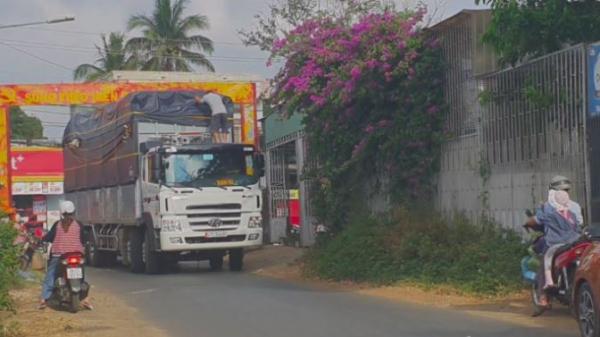 Đắk Lắk: Xe tải trọng 'khủng' vô tư cày, phá đường Buôn Ma Thuột