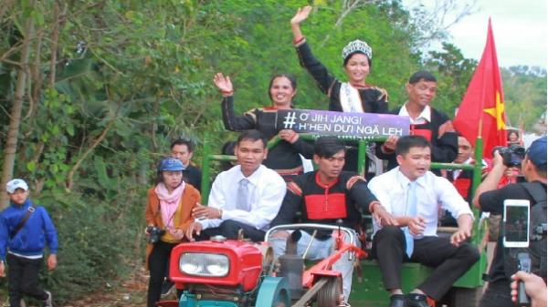 Hoa hậu H'Hen Niê được buôn làng rước bằng 12 chiếc máy cày