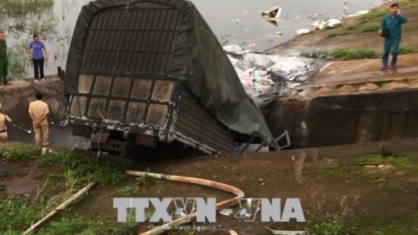 Tuy Đức (Đắk Nông): Xe tải mất lái lao xuống hồ, ba người nguy kịch