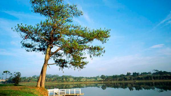 Ngắm vẻ thơ mộng của hồ nước đẹp bậc nhất vùng Tây Nguyên