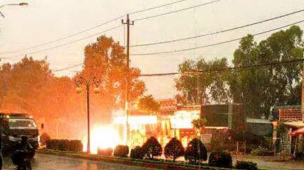 Đường điện cao thế bốc cháy dữ dội vì sét đánh