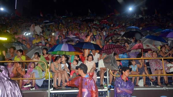 Hàng vạn du khách về sông Hàn đội mưa xem pháo hoa