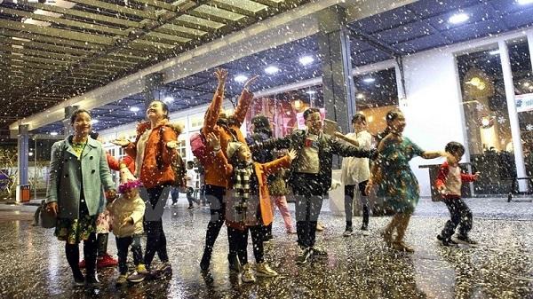 Người dân Đà Nẵng thích thú chơi dưới mưa tuyết
