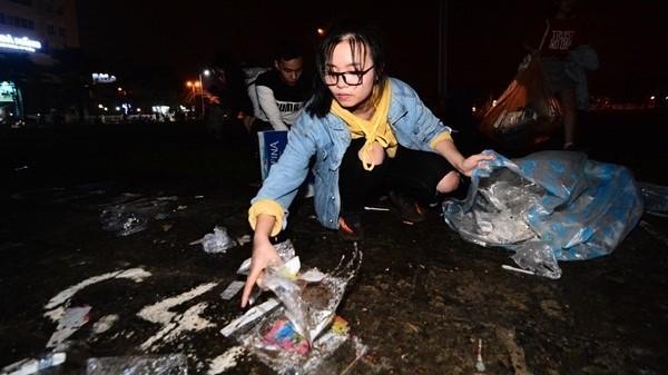 Bạn trẻ Đà Nẵng nhặt rác đêm giao thừa: Không ngại bẩn tay chân và quần áo đẹp