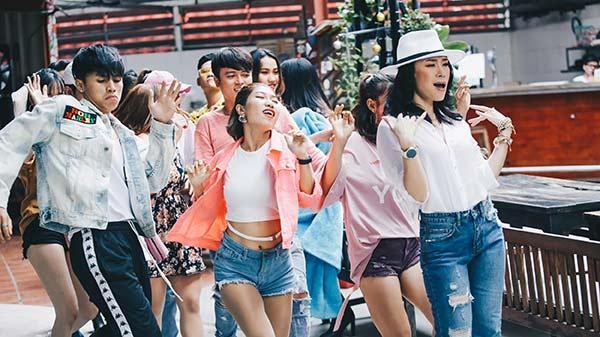 """Sau một tháng """"hoành hành"""" trên mạng xã hội, ca sĩ hot nhất Đà Nẵng tiếp tục mang điệu nhảy say rượu """"lầy lội"""" vào trong MV"""