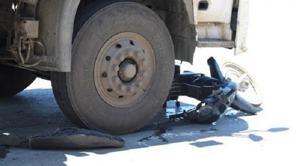 Bị xe tải cuốn vào gầm, nạn nhân may mắn thoát chết trong gang tấc