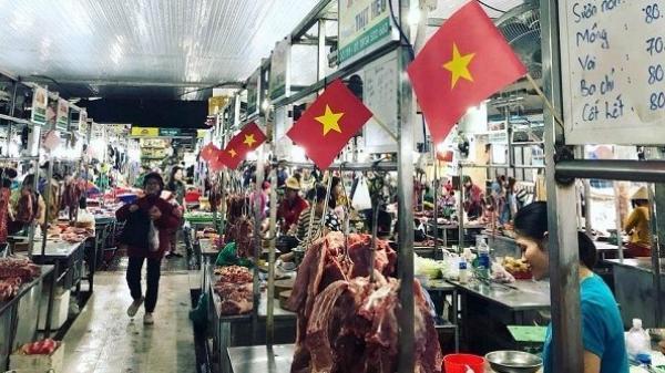 """Hình ảnh siêu đáng yêu Đà Nẵng: Treo quốc kì ngay tại sạp chợ, đó là cách """"khi những bà nội trợ yêu bóng đá"""""""